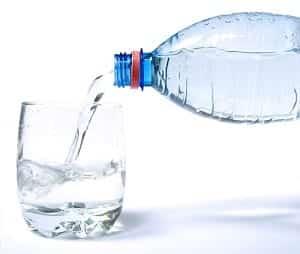 Bere-acqua-rubinetto-bottiglia