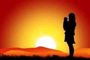 ricchezza e povertà bambino interiore abbraccio madre